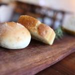 オステリア イル パリアッチョ - 自家製パン&ローズマリーのフォカッチャ☆