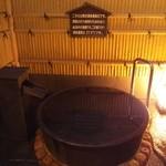 24942560 - 源泉露天風呂はかなり低めの温度です。