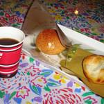 24942621 - シュークリームと餅パイwithコーヒー