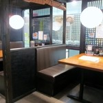 博多海鮮丼屋 どん舞 - お店はカウンターのテーブル席で夜は居酒屋みたいな感じでも使える様になってます。   私は一人だったんでカウンターで食事です。