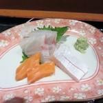 博多海鮮丼屋 どん舞 - 定食には毎朝市場から仕入れた新鮮な魚のお刺身も3種類付いてきました。