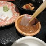 博多海鮮丼屋 どん舞 - テーブルにはお醤油と胡麻ダレが置いてあったんでお刺身は胡麻ダレを使っていただいてみました。
