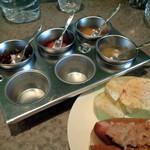 奥沢カフェ&バー ピッコロスタンツァ - ホットドッグ用ソース マンゴーソースと柚子胡椒ソースがおすすめ!