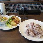 ユルリサロン×ハナウタカフェ - 里芋と鶏肉の豆乳のグラタン+ジャガイモとチキンのスイートチリソース+雑穀米