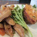 ユルリサロン×ハナウタカフェ - 挽き肉とジャガイモの重ね焼き+蓮根と鶏肉の蜂蜜米酢の炒め煮