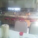 仙楽園 - テーブル席から見た厨房側の光景