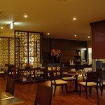 ジャスミン - 1階客席 テーブルとテーブルの間を広めにとったゆったりとした落ち着いた空間。