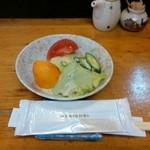割烹 寿司魚かね - サラダは着席前にセット
