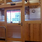 コメダ珈琲店 - 喫煙スペースはクローズドな部屋