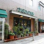 つばめグリル ホテルメッツ川崎店 - お店の外観です。グリーンを基調にしているんですね。