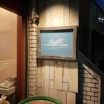 24992376 - 西荻窪の小洒落た側面を代表するような外観。