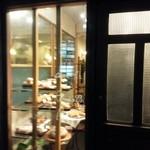 24992463 - 入り口すぐのスペースで、自家製パンを販売。