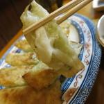 松龍軒 - 餃子は片面だけぱりぱり焼き。
