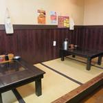 松龍軒 - カウンターとテーブル席。