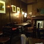 カフェ サルーテ - 落ち着いた雰囲気の店内 禁煙席