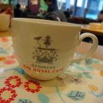 デンマーク・ザ・ロイヤルカフェ - 私のは、地味なポットのアールグレイ。でもカップはポップ。