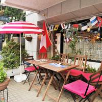 スイスシャレー - レストランの外は、ワンちゃんと一緒にお食事できるテーブルもご用意