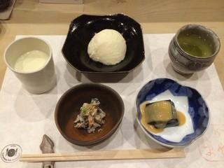 川島豆腐店 - 左上が「採れたての豆乳」、真ん中が「生まれたてのざる豆腐」