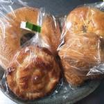ヤシマヤ - 左手前より右回り シナモン\80、栗あんバター\150、ツナと長芋のパン\100、チョコクロワッサン\80