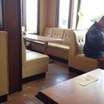 タンドールカフェ ダンヒル - 懐かしい感じ ソファータイプの椅子