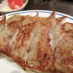 かね萬 - 伝統の餃子。       創業当時からのメニューなのでしょう。チャーハンも『伝統の焼き飯』というメニューで残ってます。