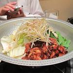 かね萬 - とんちゃん。       スープなしのホルモン鍋みたいなものでしょうか。       味噌ダレで和えたプリプリの丸腸とニラ・キャベツ・モヤシと炒めます。