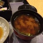 なお吉 - わかめと豆腐の味噌汁