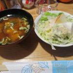 ジーニョ - 味噌汁とサラダ