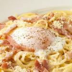 トマティーナ - 半熟卵とベーコンのカルボナーラ