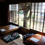昇福亭 - 座敷に、こんなテーブルが並びます