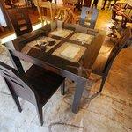 ブルーティー - 店内にはグランドピアノがあり、インドネシアから輸入した家具が印象的です。