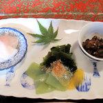おちゃの舎 野の花 - 左から、かぶの甘酢和え・刺身こんにゃくとワカメの酢味噌がけ、 それに、ゴーヤー(苦瓜)の佃煮です。