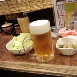 神戸新開地 元祖串かつ 八喜為 元町店 - 生ビールと付け出しのキャベツとぬた