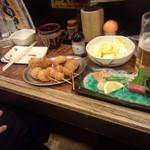 神戸新開地 元祖串かつ 八喜為 元町店 - 串揚げ、刺身を食べています。※串揚げは2度漬け禁止のタレです。