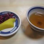 久助 - 香の物とほうじ茶