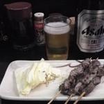 安兵衛 - ビンビール(中ビン)はサッポロ黒ラベルとアサヒスーパードライが選べて450円。ズリ250円