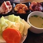 炭火焼肉スーパーホルモン - 上から(豚バラ・小腸・ハート)野菜・スープ