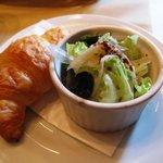 アリアンス グラフィック - カレーセットのパンとミニサラダ