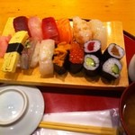 25102936 - 大宮駅西口の鮨政で昼食。ランチメニューのにぎりを食した。