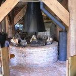 ふくろうの森 - 奥に見えるかまぼこ型の窯が石窯です