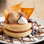 カフェ マツオントコ - パンケーキにアイス、豆乳ホイップ等をトッピングした大満足のスイーツです。※実際と写真が異なる場合もございます。