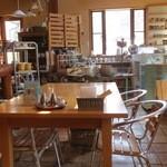 レストラン ホロホロ - アンティークな?雑貨が並ぶ店内のテーブル席。