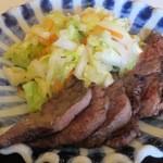 レストラン ホロホロ - 牛たんのアップ。添えられた野菜は少し塩分が気になった。