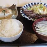 レストラン ホロホロ - 牛たん定食(塩味)テールスープが付くが、ご飯は普通の白米(麦飯ではない。とろろも付かない。)