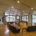 京都市宇多野ユースホステル - リビングも広過ぎだなぁ