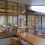 京都市宇多野ユースホステル - テラスから食堂を望む
