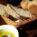 ビストロ波平 - お通しのパン、オリーブオイルで