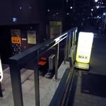 MAX - 半地下の店舗。