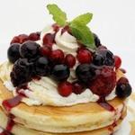 MAM CAFE - 4種類のベリーをたっぷりかけたミックスベリーのパンケーキ。