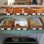 パンヤ カトウ - 店内に所狭しと置かれたパンたち。